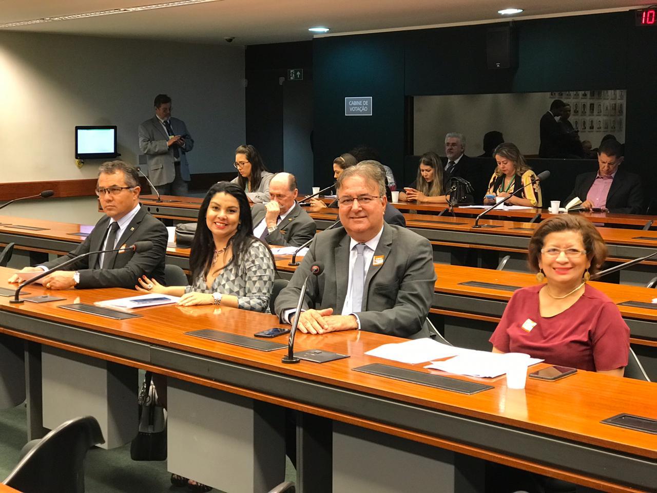 Da esquerda para a direita, representando o Crea-DF: Luiz Soares Correia, Diretor de Relações Institucionais, Karine Moreira, Assessora e Presidente da ABAP, o Chefe do Departamento Técnico, Gilberto Campos e a Chefe de Gabinete, Lia Sá.