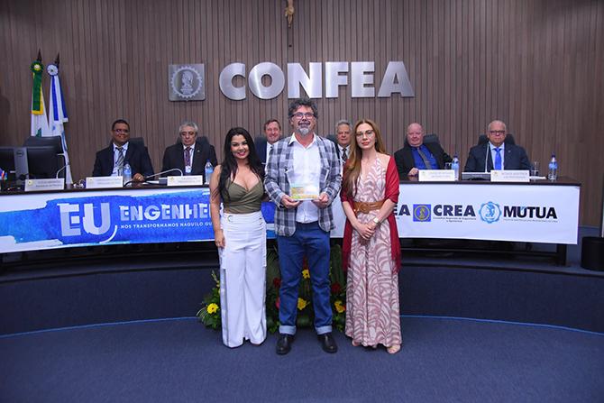 Karine Moreira entrega prêmio a a Paulo Roberto David de Araújo (SP)